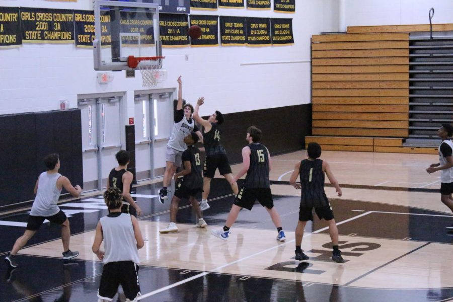 Noah Hearing ('21) goes in for the rebound.