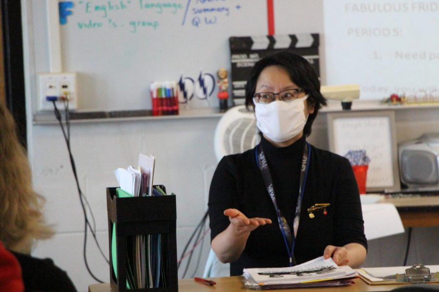 Nguyen+explains+the+importance+of+good+decision+making+to+her+students+during+her+second+period+class.